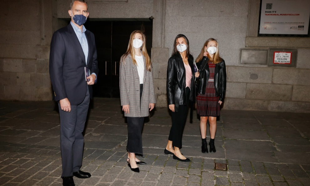 Leather jackets, ballerinas and oversize blazers… Letizia, Leonor and Sofía's looks for a night at the theater